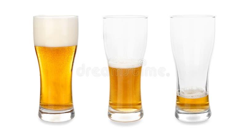 Gläser mit unterschiedlicher Menge Bier auf weißem Hintergrund lizenzfreies stockbild
