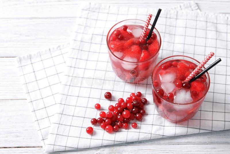 Gläser natürliche Limonade mit Beeren auf Tabelle lizenzfreies stockfoto