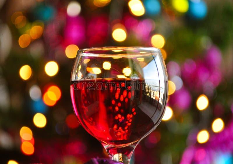 Gläser Rotwein mit Weihnachtsdekoration lizenzfreie stockbilder