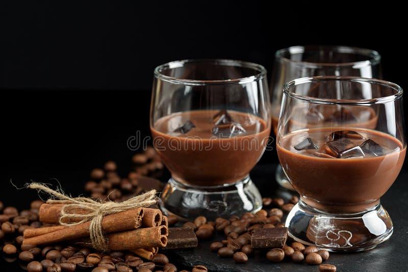 Gläser Sahnekaffeecocktail oder Schokolade Martini auf schwarzem b lizenzfreie stockfotografie
