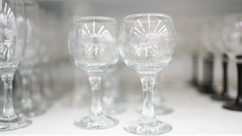 Gläser Stemware, Weingläser im Markt stockbilder