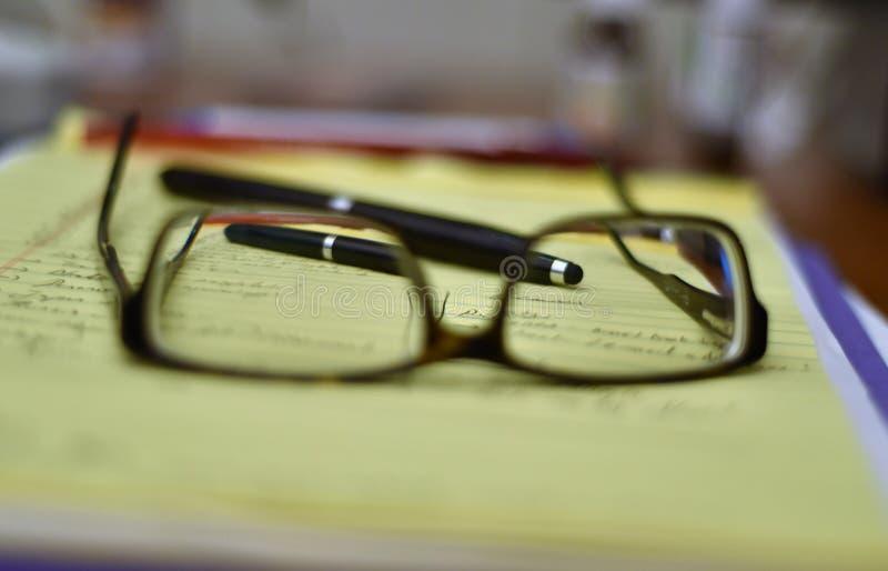 Gläser, Stift, Notizbuch und Liste tun lizenzfreie stockfotografie