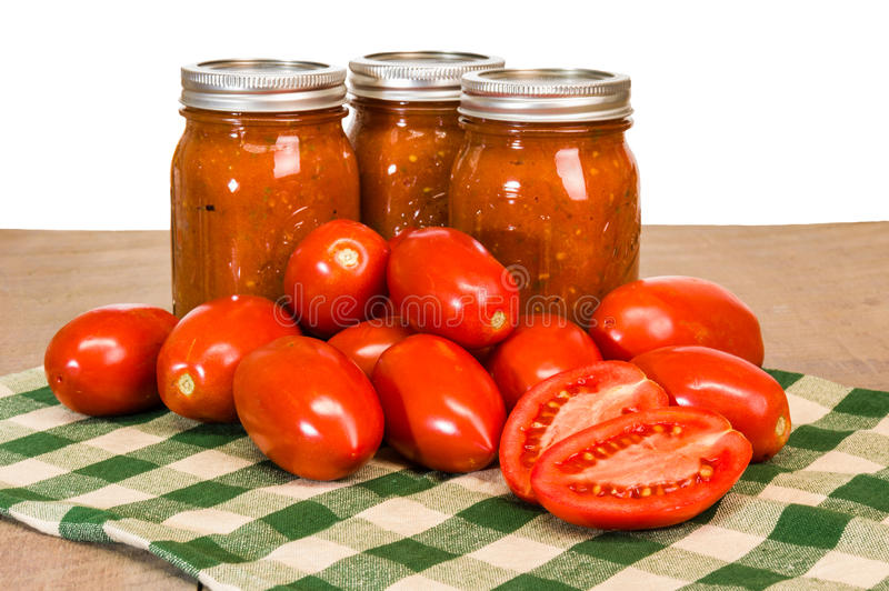 Gläser Tomatensauce mit Pastentomaten lizenzfreie stockbilder
