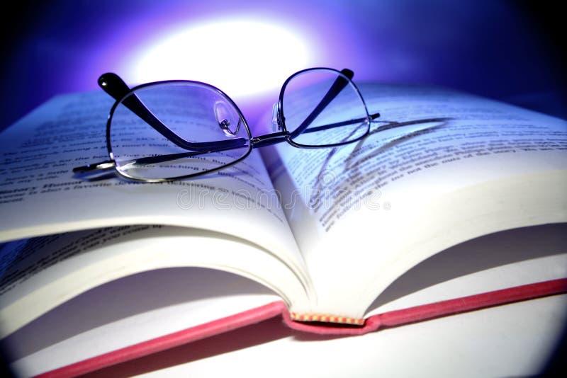 Gläser und Buch stockbilder