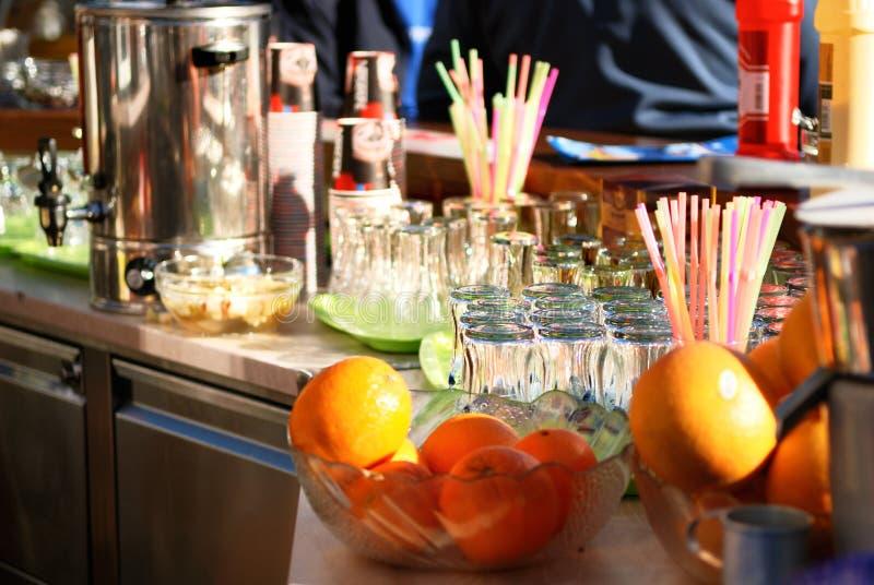 Gläser und Frucht auf dem Stab lizenzfreie stockfotografie
