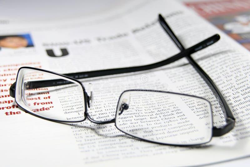 Gläser und Handelszeitung lizenzfreies stockbild