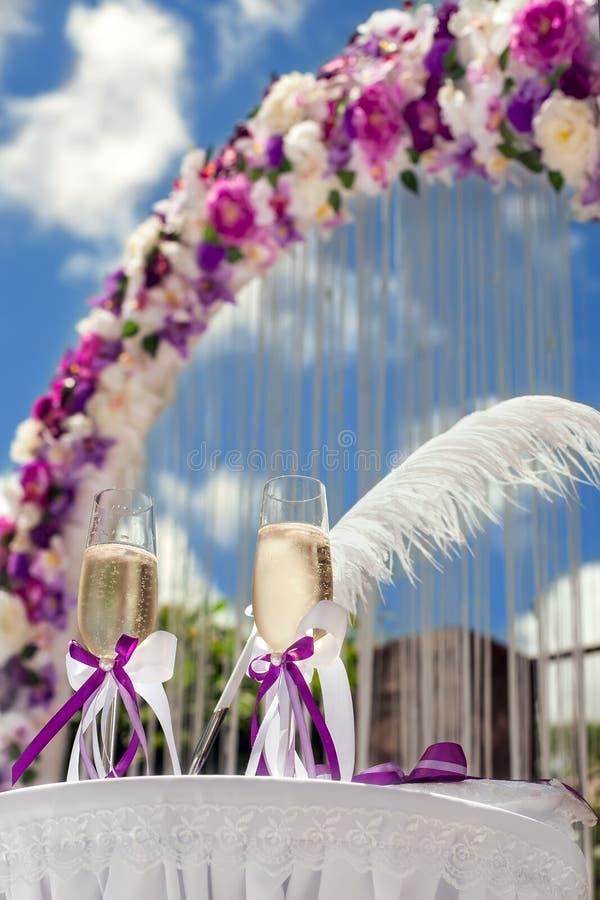 Gläser und Hochzeit lizenzfreies stockfoto