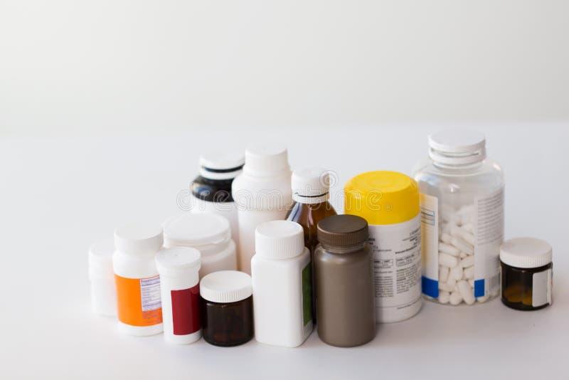 Gläser unterschiedliche Medizin lizenzfreie stockfotografie