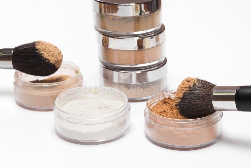 Gläser verschiedene Farben des losen kosmetischen Pulvers stockbilder