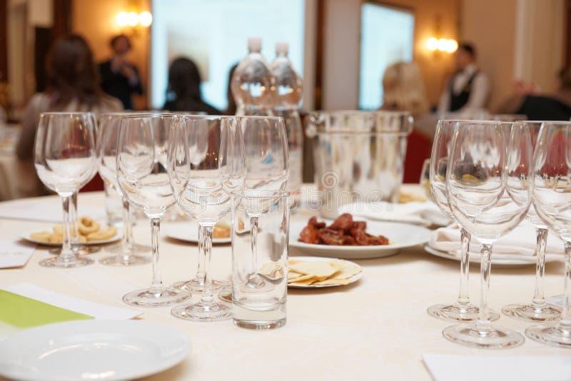 Gläser vorbereitet für Weinprobe lizenzfreie stockfotografie