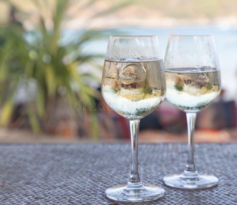 Gläser Weißwein Mit Eis Auf Einer Tabelle Am Strandcafé