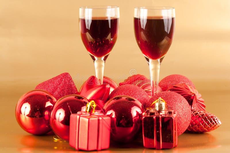 Gläser Wein mit Weihnachtsdekoration lizenzfreie stockfotografie