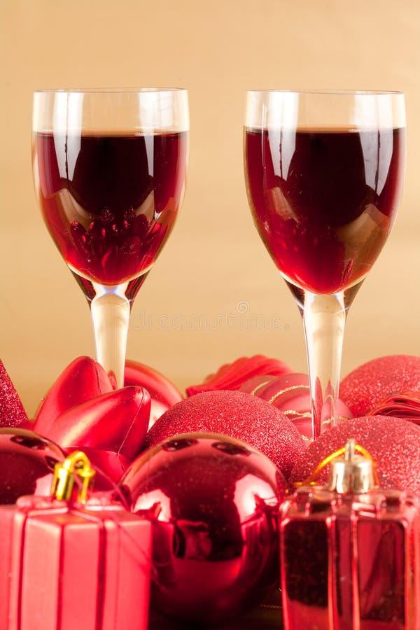 Gläser Wein mit Weihnachtsdekoration stockfoto