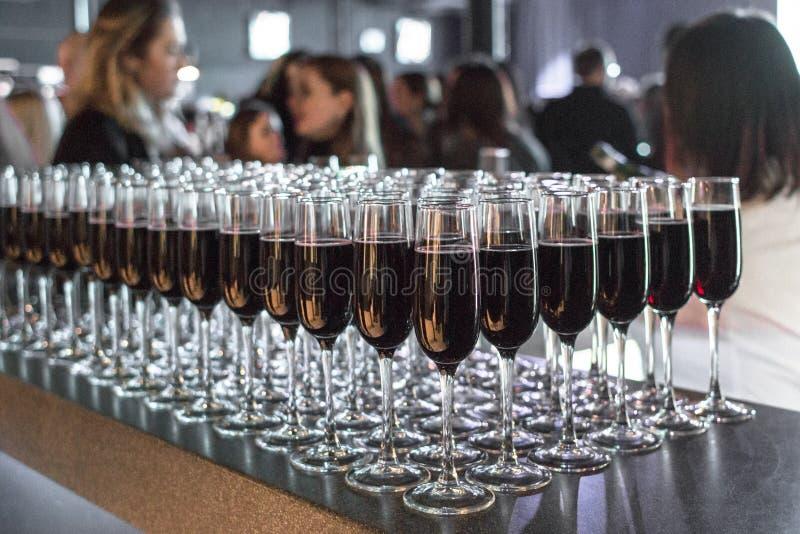 Gläser Wein und Champagner an einer Unternehmenspartei stockfotografie