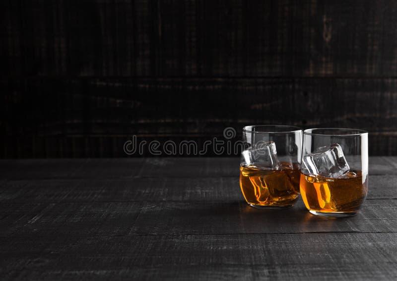 Gläser Whisky mit Eis auf hölzernem Hintergrund stockfotos