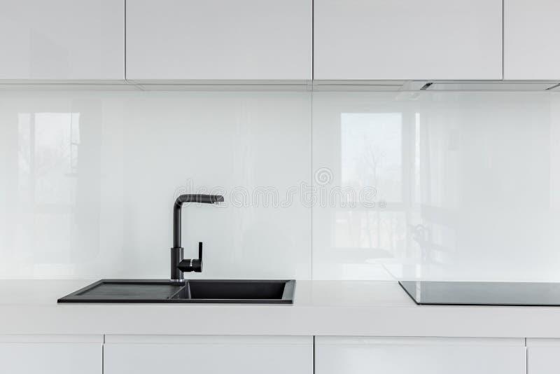 Glättade vita köksskåp arkivfoto