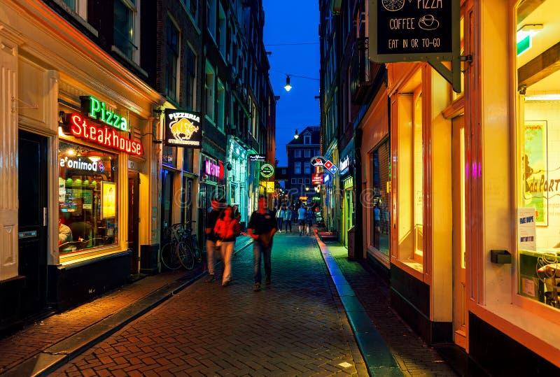 Glättung der Straße mit Bars und Restaurants in Amsterdam, die Niederlande stockfotos