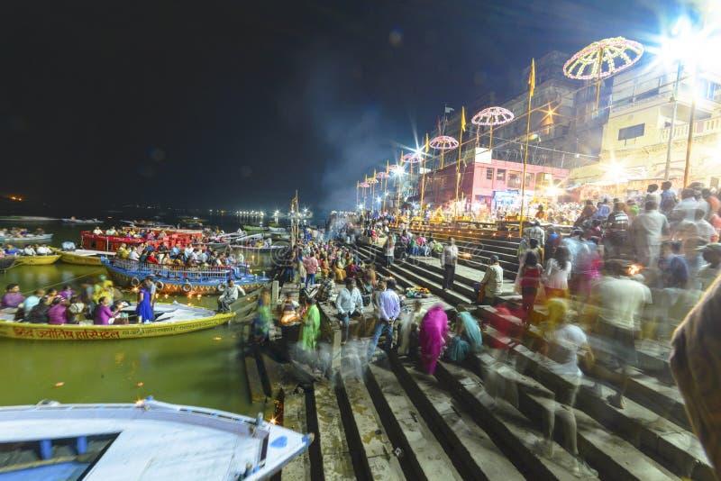 Glättung des Dammes des Gangess in Varanasi, Indien, im November 2015 lizenzfreie stockfotos