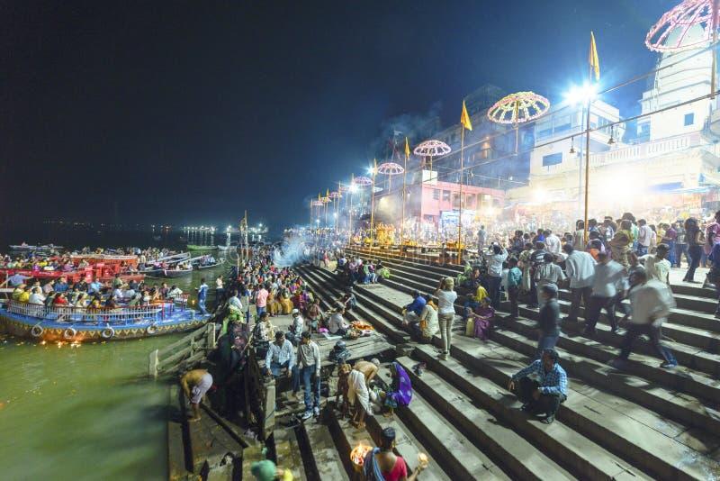 Glättung des Dammes des Gangess in Varanasi, Indien, im November 2015 stockfoto