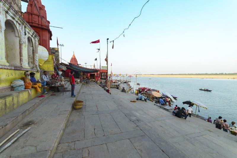 Glättung des Dammes des Gangess in Varanasi, Indien, im November 2015 lizenzfreie stockfotografie
