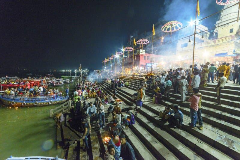 Glättung des Dammes des Gangess in Varanasi, Indien, im November 2015 lizenzfreies stockfoto