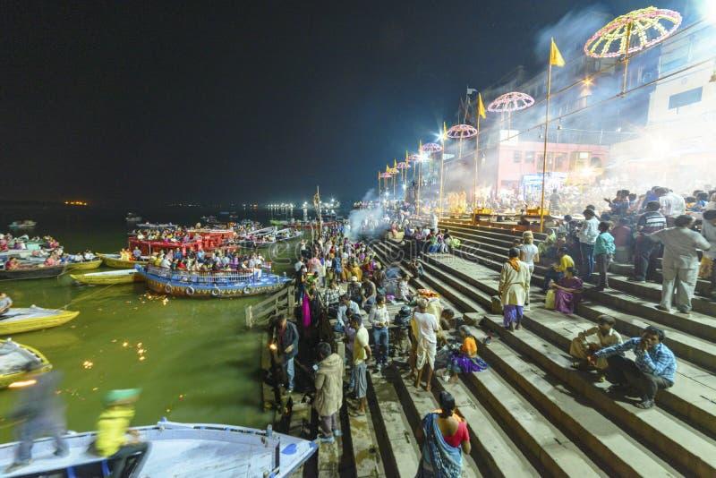 Glättung des Dammes des Gangess in Varanasi, Indien, November lizenzfreies stockbild
