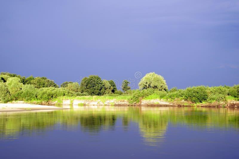 Glättung des hellen Sonnenlichts über dem Fluss Pripyat Regenwolken juli Sommer Belorussische Landschaft stockfotografie