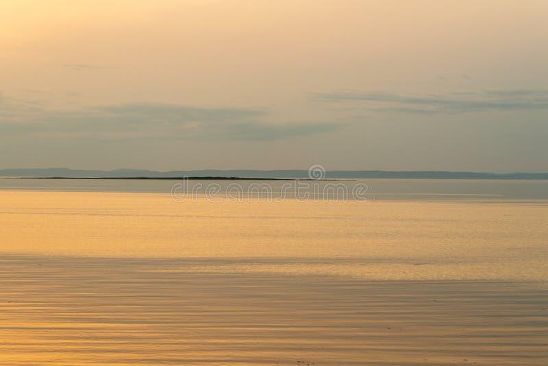 Glättung des letzten Sonnenlichts auf dem StLawrence-Fluss, Quebec stockbilder