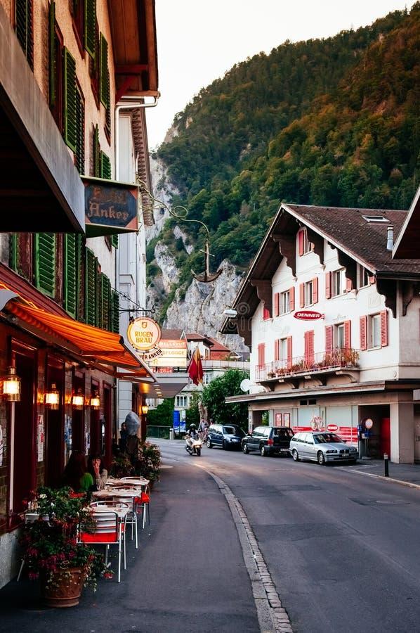 Glättung des Straßenbilds und der Altbauten in der alten Stadt Interlaken, die Schweiz lizenzfreie stockfotografie
