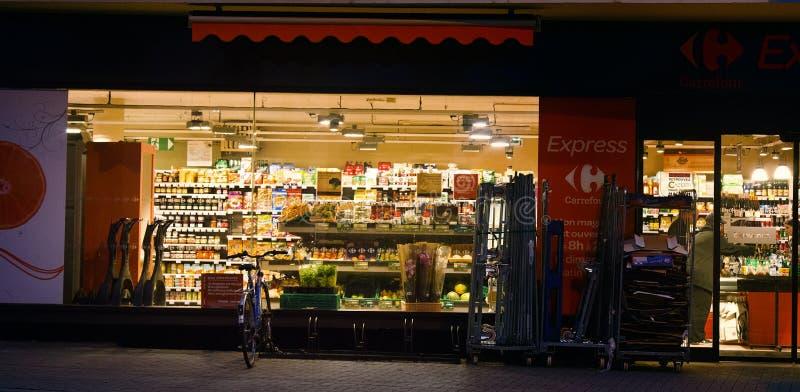 Glättung, Shop geschlossen, belichtetes Fenster stockfotos