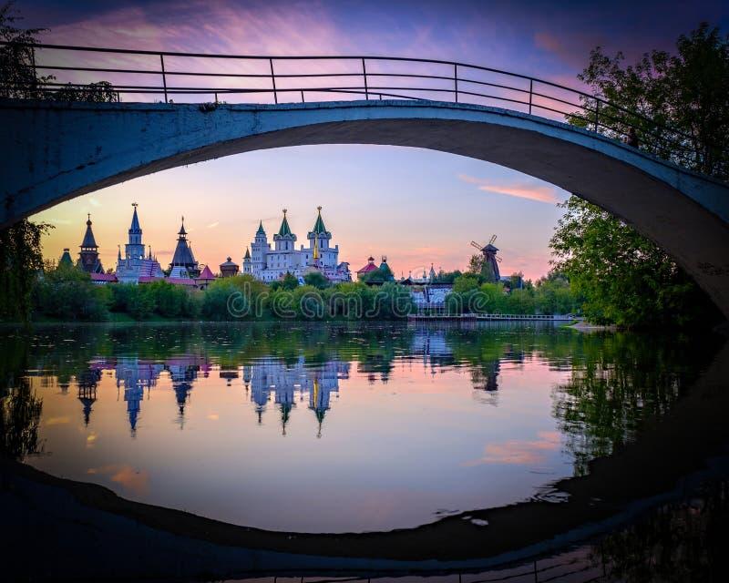 Glättung von Ansicht über Izmailovsky der Kreml mit Reflexionen im See stockfotos