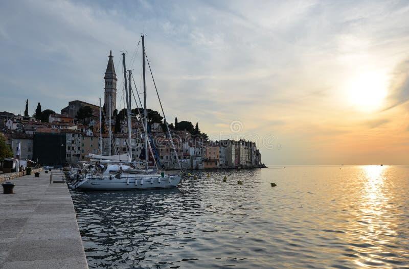 Glättung von Ansicht über Pier und Yachten in der Küstenstadt von Rovinj, Istria, Kroatien lizenzfreie stockfotografie