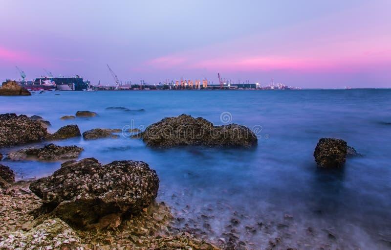 Glättung von Meer auf Rosa und blauem Himmel stockfotografie