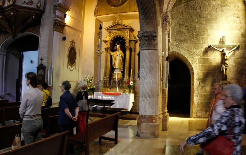 Gläubiger nahe bei Kapelle Papstes John Paul in einer mallorcas Kirche lizenzfreies stockbild