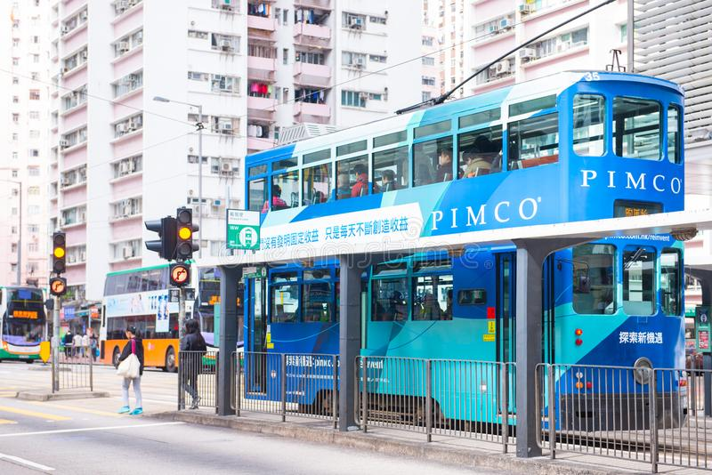 Glåmiga Sheung, Hong Kong - Januari 14, 2018: Hong Kong spårvagn för tra arkivfoton