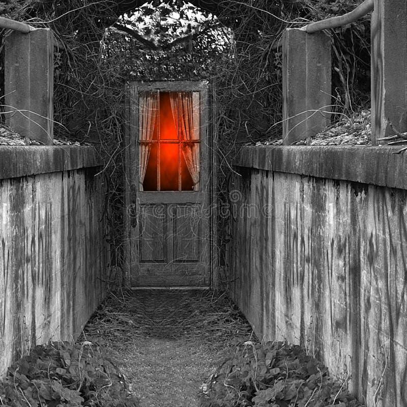 Glöd bak spöklik dörr royaltyfria bilder