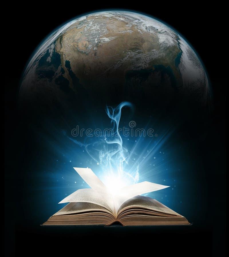 Glödande bok med jord royaltyfria foton
