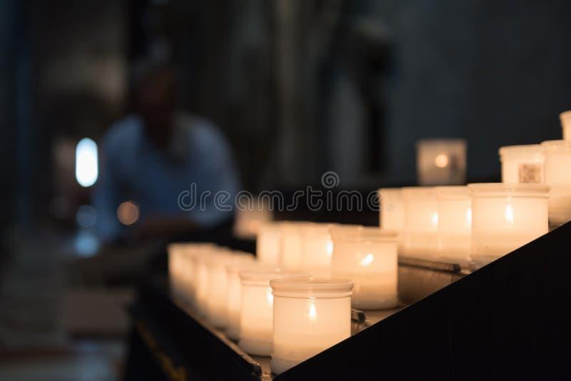 Glödande candels inom Trentoen Cathetral royaltyfria foton