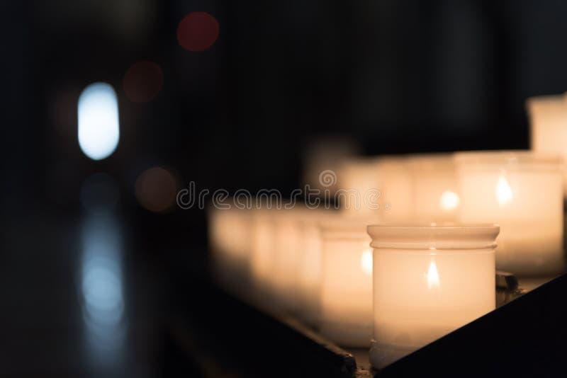 Glödande candels inom Trentoen Cathetral royaltyfri bild