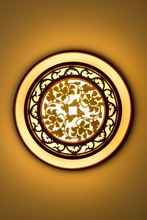 Glödande ceilling lampa för cirkulär som göras av trän och papper med kinesisk traditionell stil och den klassiska dekorativa blo arkivbilder