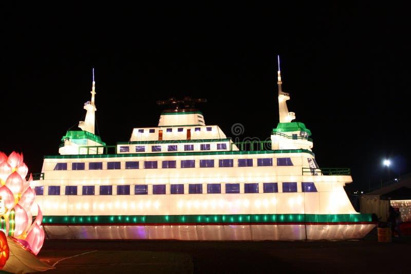 Glödande Cruze för lyktor skepp royaltyfri bild
