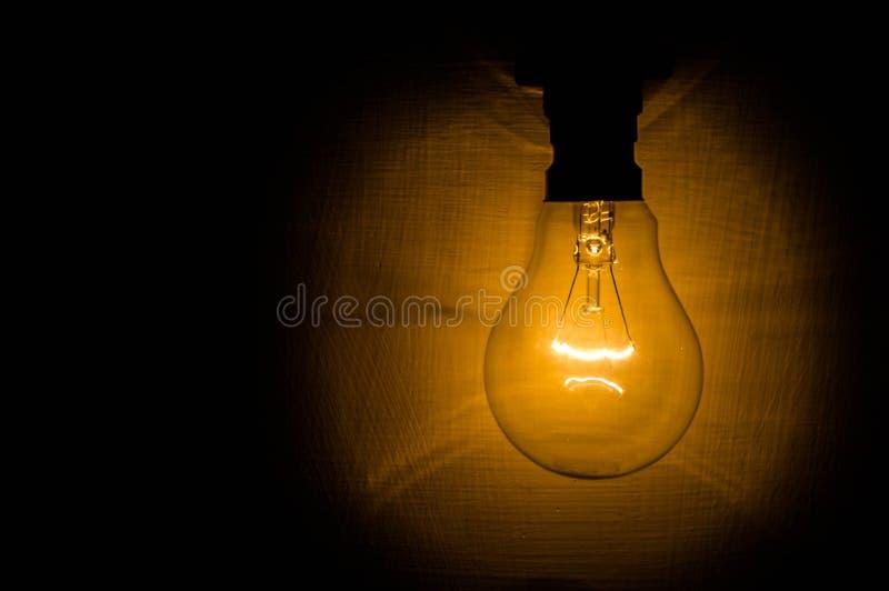 Glödande glödtråd av en elektrisk kula fotografering för bildbyråer