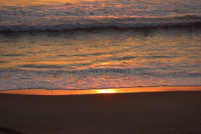 Glödande hav på soluppgång på Virginia Beach royaltyfri fotografi