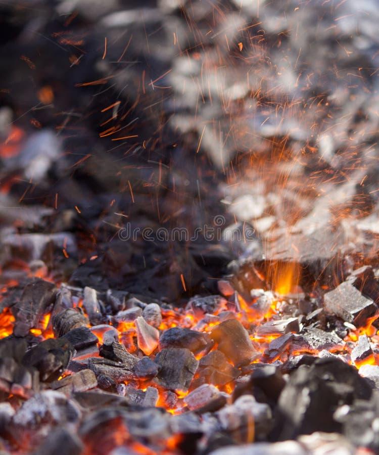 Glödande kol i varm panna royaltyfria bilder