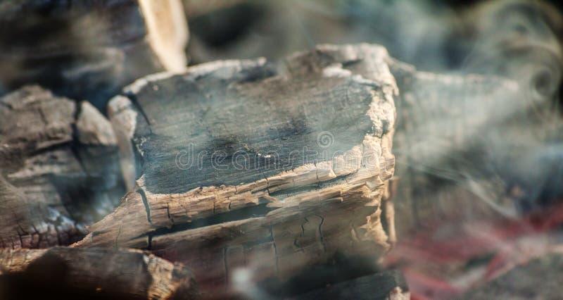 Glödande kol med mycket rök royaltyfri bild