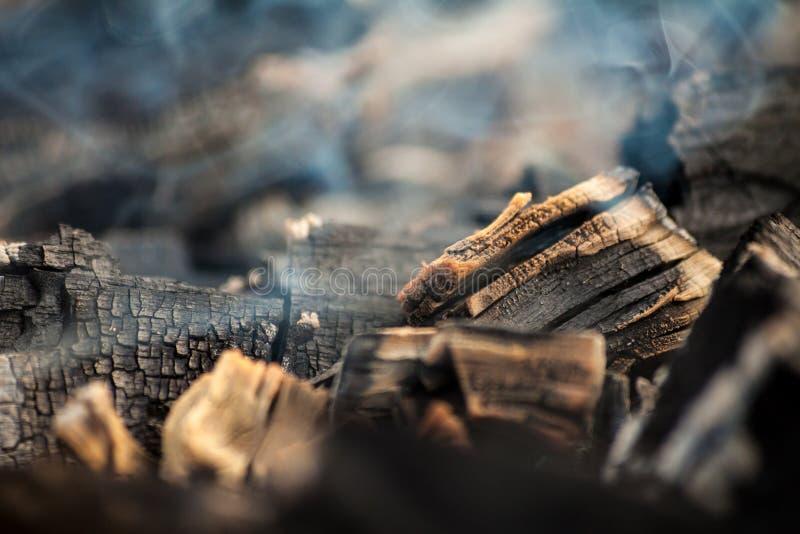 Glödande kol med mycket rök royaltyfria foton