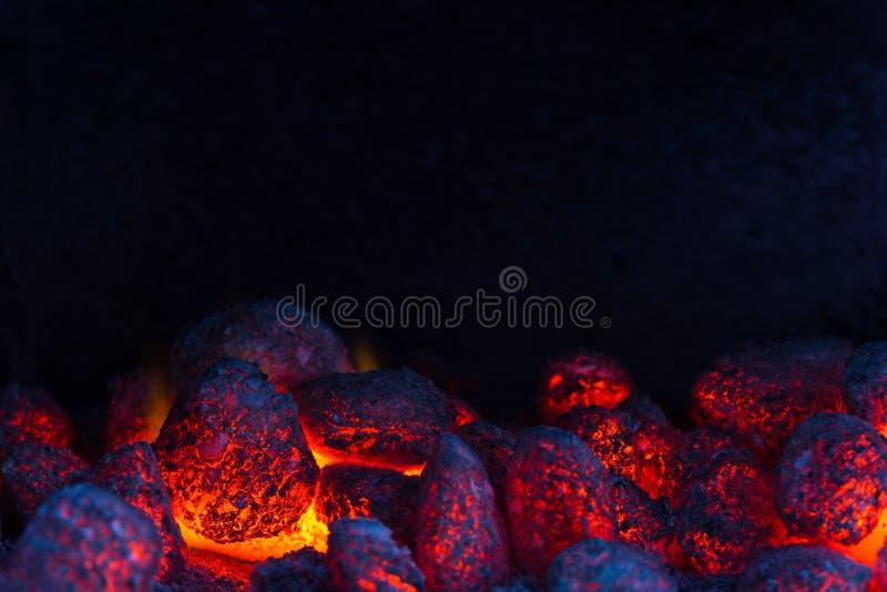 Glödande kol på en grillfest royaltyfri fotografi