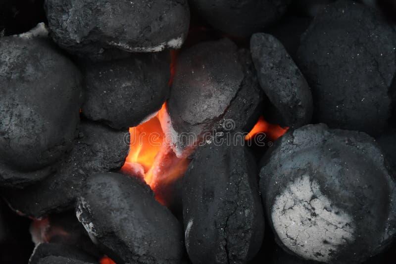 Glödande kolbriketter i en grillfest grillar, stänger sig upp, backg arkivbild