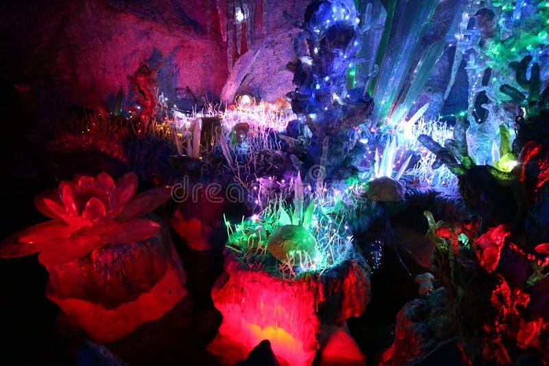 Glödande kristaller i en mörk grotta royaltyfri foto