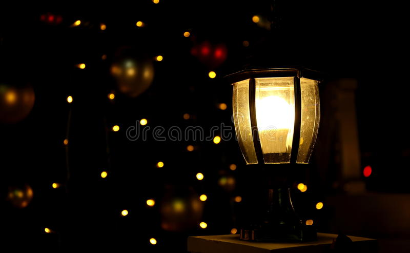 Glödande lampa på den mörka natten, ljust ljus i mörker royaltyfri foto